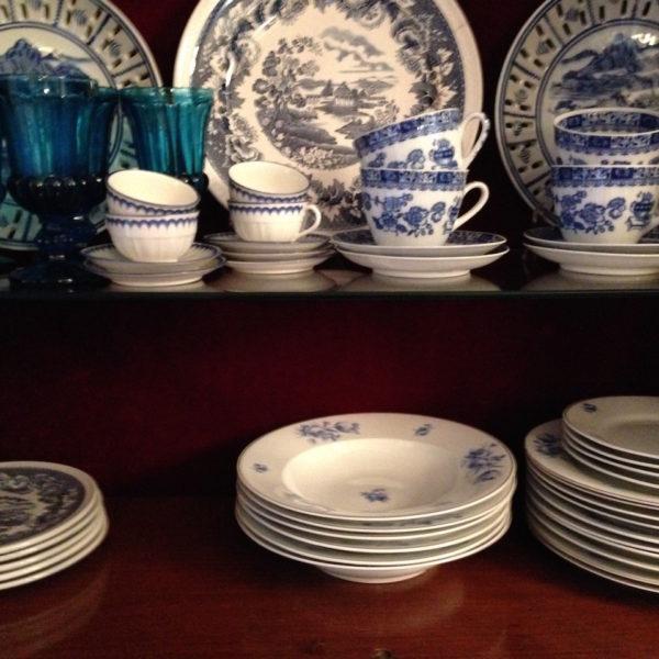 piatti e bicchieri blu
