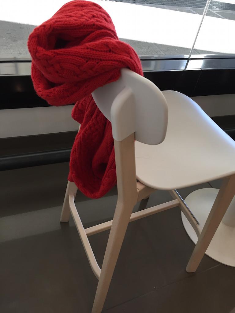 maglia su sedia