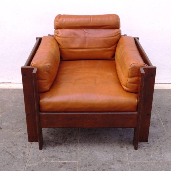 """SERGIO ASTI (N. 1926). divano e poltrona """"Zelda"""" Legno e pelle. Cm 200x80x100. Disegno per Poltronova. 1962."""